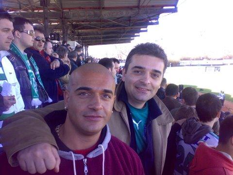 Двамата братя на мач на любимият отбор (снимка: личен архив)