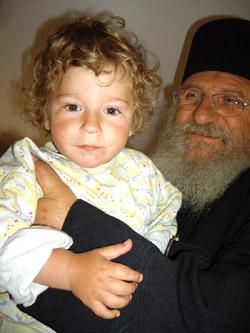 Отец Иван се едно от децата от дома