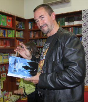 Георги Лозев раздава автографи