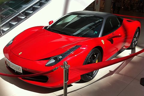 Едно ферари с цвят червен...