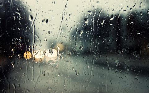 Вали дъжд. И е хладно. Вече мирише на есен. Любимият ми сезон и любимото ми дъждовно-мъгливо време...  Още е едва 6 сутринта и София все още е един спокоен и тих град. Шофирането по почти пустите улици е отпускащо и приятно. Остава почти час до обичайния апокалипсис.  В такива моменти обожавам да слушам музика докато шофирам. Избирам я според времето навън. И настроението вътре.